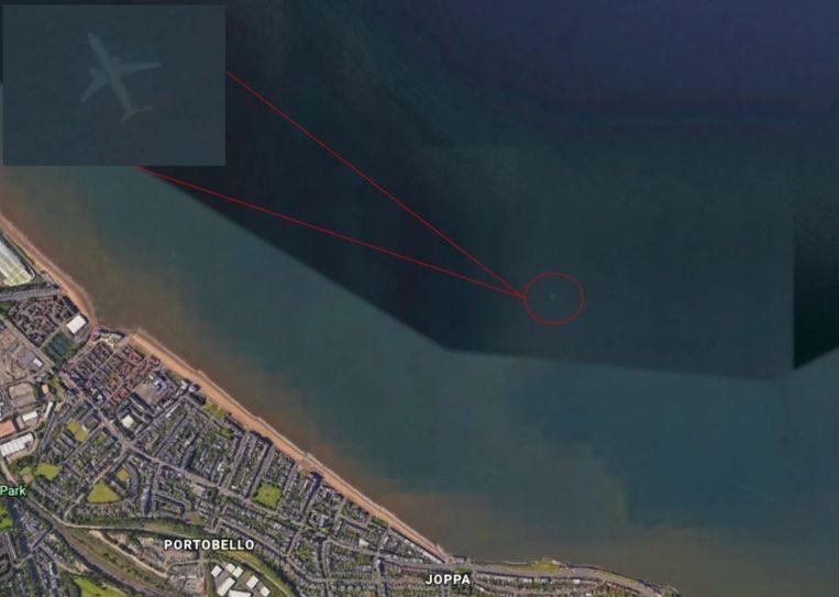 Wie inzoomt op de kust van Schotland ziet misschien wel, wat lijkt op, een gezonken vliegtuig.