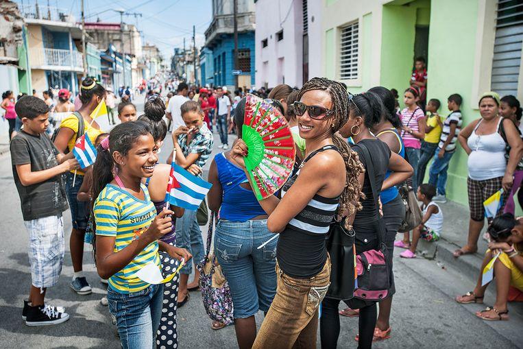 Cubaanse jeugd in afwachting van de Paus, ze zijn speels, modieus, vriendelijk en hopen op verandering. Of ze daar gelukkiger van gaan worden is de grote vraag. Beeld Guus Dubbelman