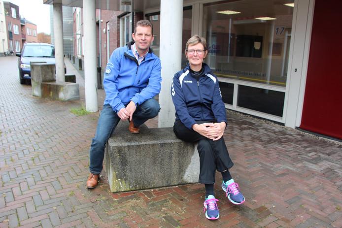 Michel Stoverink, voorzitter van de Vereniging Sportkoepel Berkelland en Gerrie Schaeperclaus, SFB