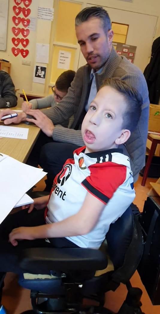 Robin van Persie meldt zich bij de spreekbeurt van Teun, leerling van groep 4 van de Mytylschool De Thermiek in Leiden. Dit tot grote verrassing van Teun zelf overigens. De spreekbeurt was 11 maart en ging over de oud-Feyenoord-spits.