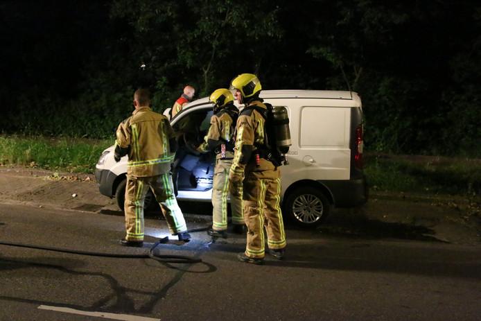 Een bestelbus is gisteravond rond middernacht in brand gevlogen op de Moerweg in Den Haag.