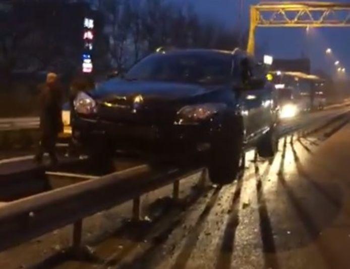 Volgens een politiewoordvoerder is de wagen ongeveer 250 meter over de rail geschoven.