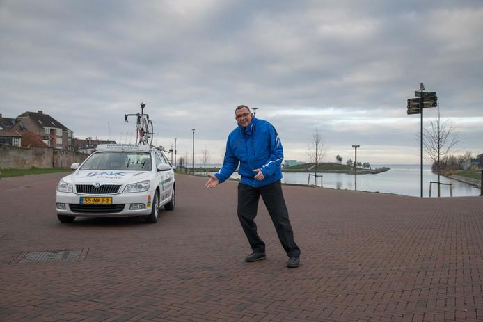 Speaker Henk Vis op de plek op de Boulevard waar de start/finish van de Parel van de Veluwe komt.