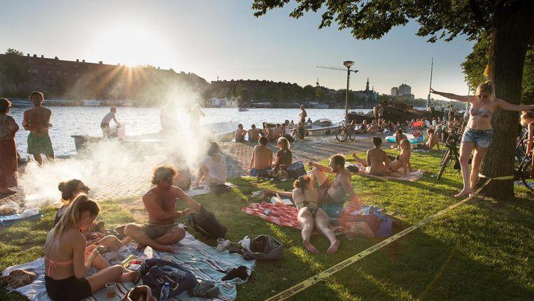 Voortaan niet meer barbecueën langs de Weesperzijde na een frisse duik in de Amstel. Beeld Mats van Soolingen