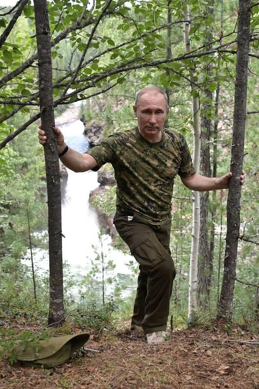 Poetin draagt camouflagekleding in de fotoshoot.