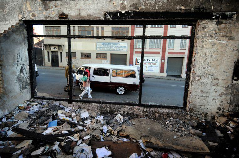Een minibustaxi stopt om passagiers op te pikken, ten oosten van het centrum van Johannesburg. Beeld Bram Lammers