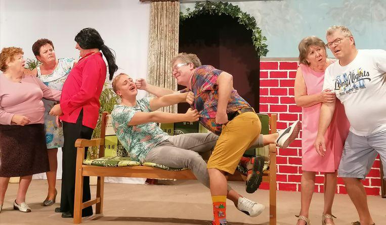 De cast van Een Spaans mes snijdt aan twee kanten in actie.