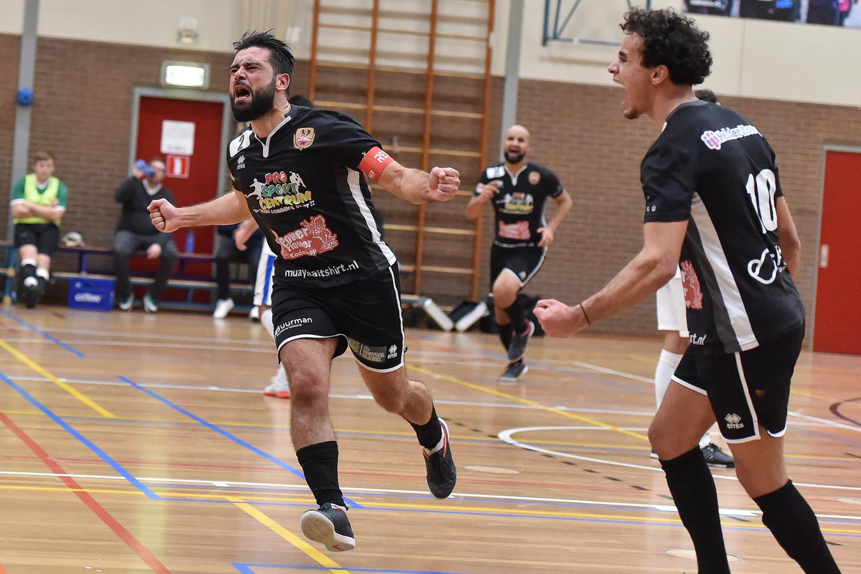 Futsal Apeldoorn-captain Yasin Erdal (links) benutte in de slotseconde een vrije trap voor de thuisploeg, die daarmee op de valreep de overwinning greep: 5-4.