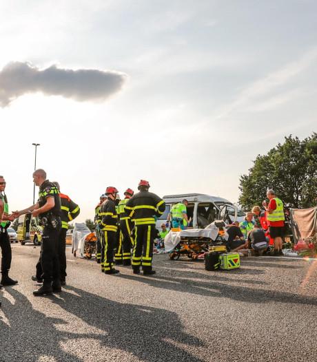 Ernstige botsing tussen camper en vrachtwagen op A58: gezin gewond