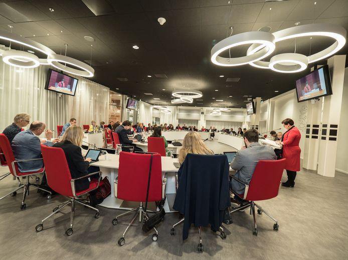 De gemeenteraad van Zoetermeer nog voordat de afstandsregels golden. Nu zal de zaal aangepast moeten worden.
