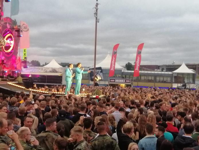 Topdrukte op de Waalkade bij de Nijmeegse Vierdaagsefeesten.