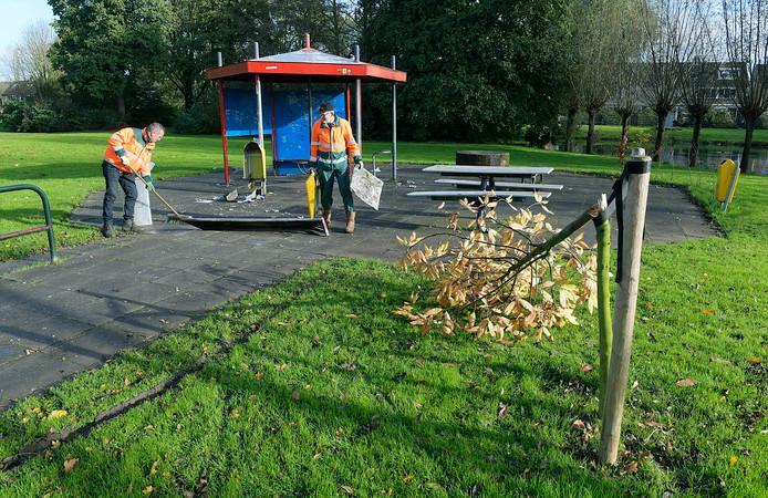 Het resultaat van vandalisme: geknakte bomen, een opgeblazen prullenbak, glasscherven op de grond en een gesneuvelde picknicktafel.