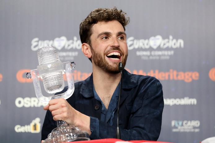 Duncan Laurence met trofee op de persconferentie na het winnen van het Songfestival in Tel Aviv.