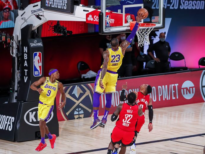 LeBron James scoort voor LA Lakers tegen Houston Rockets.