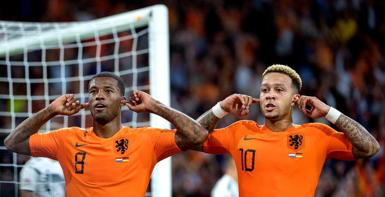 ST  Georginio Wijnaldum ( links ) en Memphis Depay vieren het doelpunt van Wijnaldum tijdens de interland tegen Duitsland op 13 oktober  Beeld Klaas Jan van der Weij