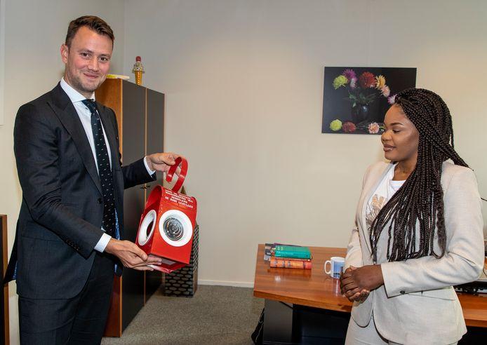 Burgemeester van Nieuwkoop Robbert-Jan van Duijn vertelt Merveille Tandu-Pedro over de rode lantaarn. Deze heeft hij gekregen als jongst benoemde burgemeester in Nederland.