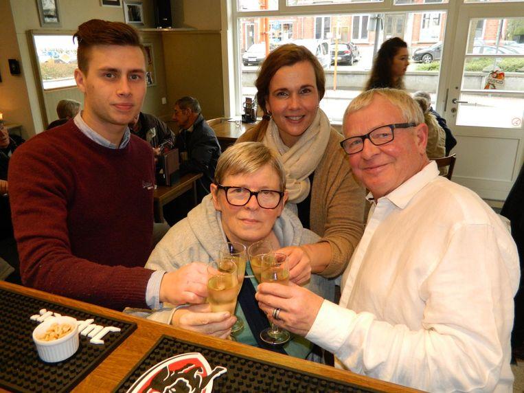 Broer en zus Ronny en Nadine Dhaenens kwamen gisteren klinken met hun opvolgers Kim en haar zoon Dylano.