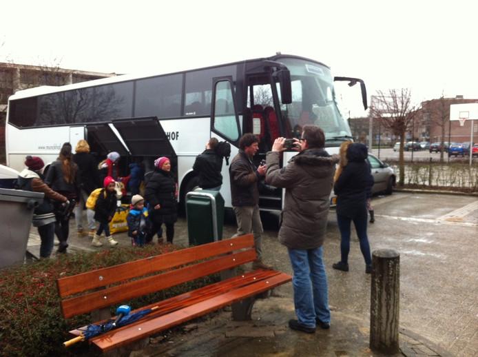 De eerste vluchtelingen komen aan in Oss