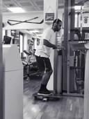 Memphis Depay doet oefeningen tijdens zijn revalidatie in de sportschool.