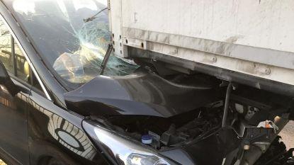 Bestuurster als bij wonder ongedeerd na zware crash onder vrachtwagen