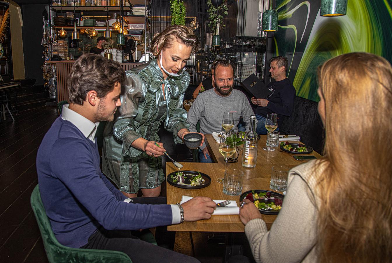 Gastvrouw Laura dresseert het voorgerecht met biet bij restaurant Noïs in Zwolle.