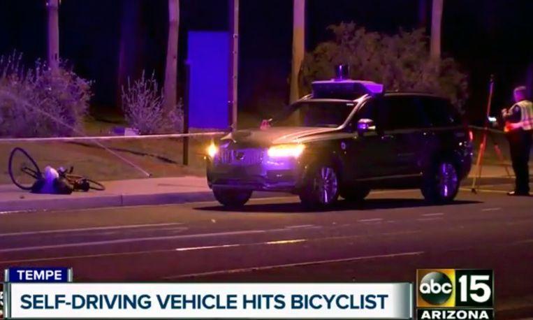 De Volvo SUV van Uber en de beschadigde fiets net na het ongeval.