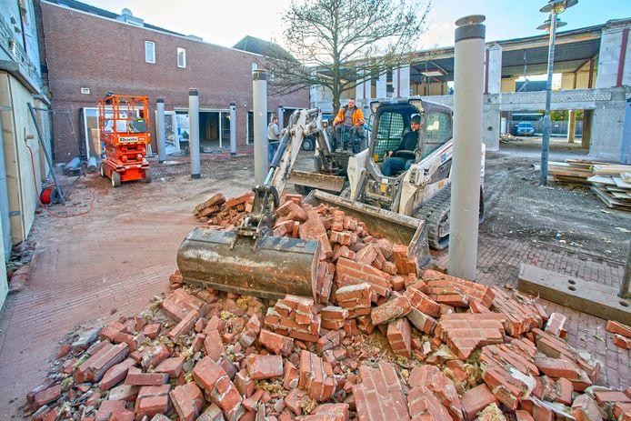 De  Patio in Veghel wordt flink onderhanden genomen. De overkapping is weg en de winkelpuien zijn eruit. Er komen woningen in.