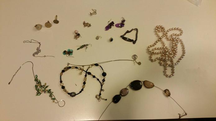De sieraden die werden gevonden bij een vijver in Zevenhuizen.