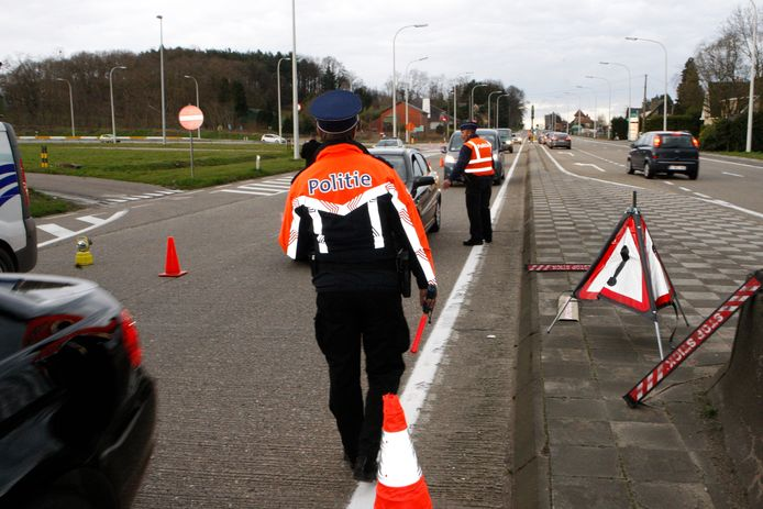 De politie Demerdal hield een verkeerscontrole op Schoonaerde.