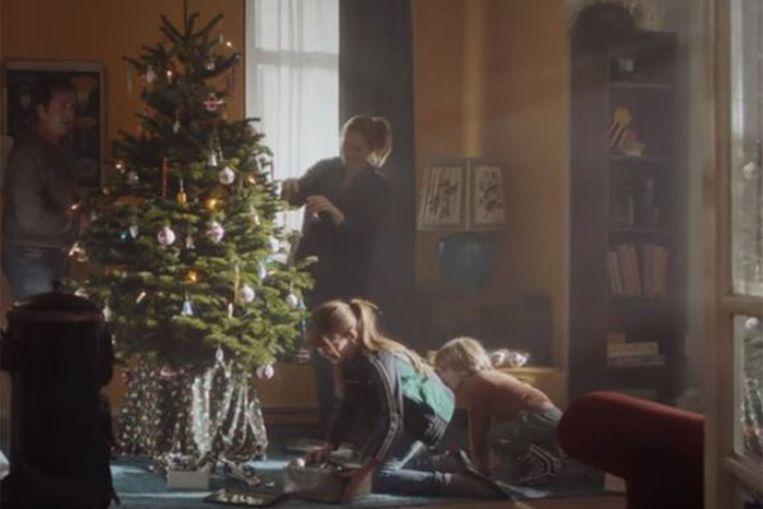 Screenshot uit de kerstcommercial van de Nederlandse supermarktketen Plus.