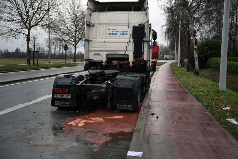 De wagen kwam tot stilstand tegen een geparkeerde vrachtwagen.