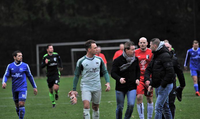 DUNO-doelman Patrick ter Mate -hier tijdens een verhit onderonsje vorig seizoen tegen Berkum, voorkwam een grotere nederlaag door een strafschop te stoppen.