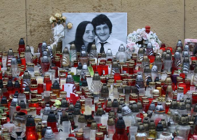 De foto van onderzoeksjournalist Jan Kuciak en zijn verloofde Martina Kusnirova omringd door kaarsen