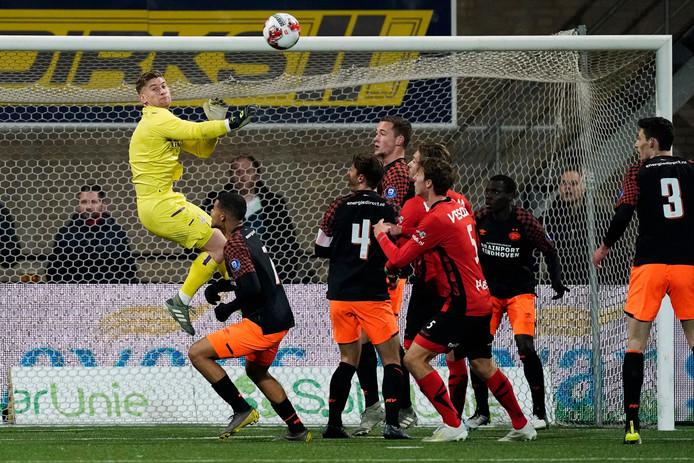 Mike van de Meulenhof stijgt boven iedereen uit tijdens Helmond Sport-Jong PSV, een duel dat Jong PSV wist te winnen.
