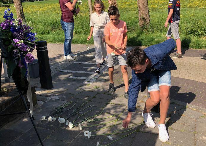 Leerlingen van de School met de Bijbel en De Stapsteen leggen deze week bloemen en een krans bij het monument naast boerderij Gijbeland.