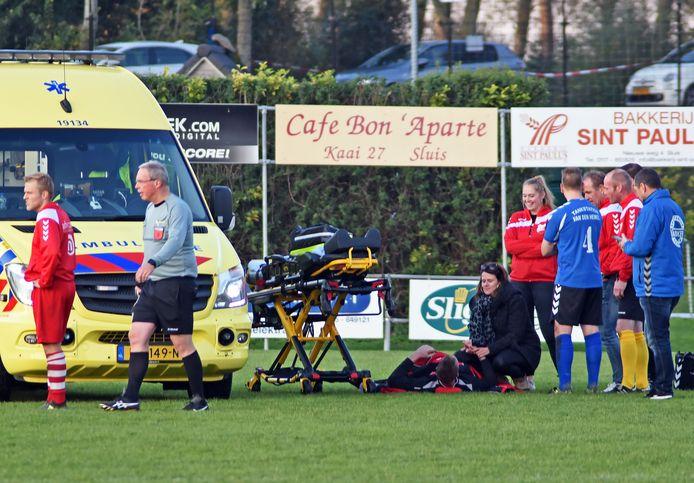 De ambulance op het veld voor doelman Bryan de Waele tijdens de wedstrijd Sluis-Groede .