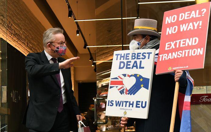Michael Gove (links), de rechterhand van de Britse premier Boris Johnson, wordt geconfronteerd met een pro-EU-actievoerder in Londen.