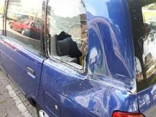 Achteruitrijdende vrachtwagen botst op geparkeerde auto in Holten