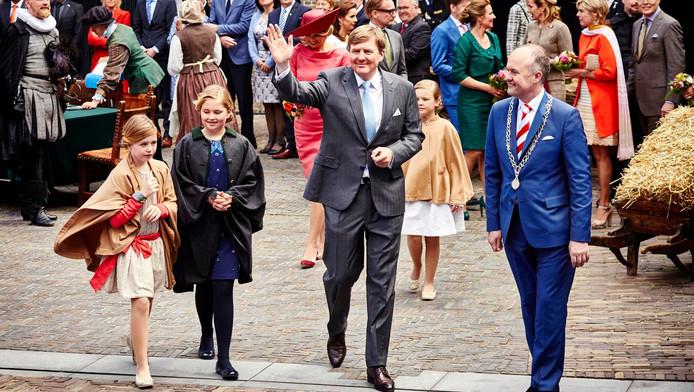 Burgemeester Brok leidt in 2015 de koninklijke familie door Het Hof, waar met de Unie van Dordrecht de basis werd gelegd van de onafhankelijke Republiek der Nederlanden.