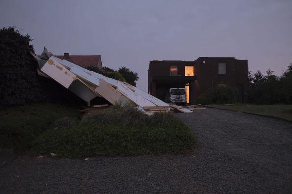 Het dak van een woning kwam in de berm terecht langs de Postbaan