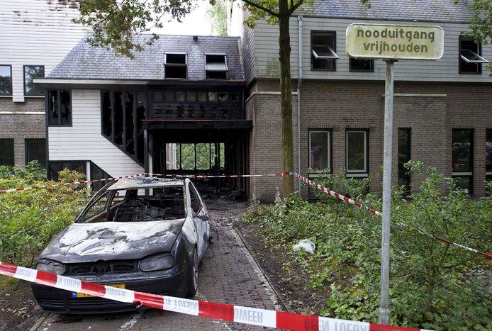 Eén van de auto's die het gemeentehuis is ingereden. foto ANP
