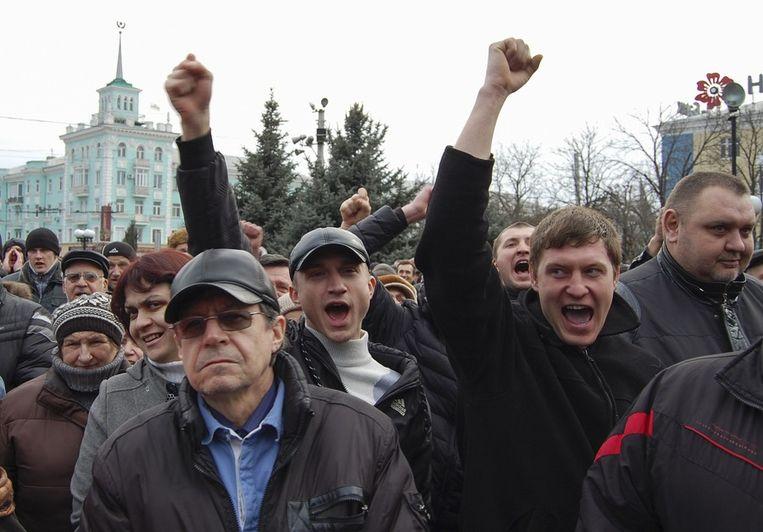 Pro-Russische demonstranten in Luhansk, een stad in het oosten van Oekraïne. Beeld reuters