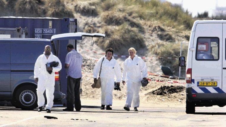 Ook gisteren werd nog volop naar sporen gezocht op het strand van Hoek van Holland. (ANP) Beeld ANP