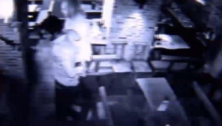 De arrestatie werd gefilmd door de bewakingscamera in een café in Sint-Niklaas.