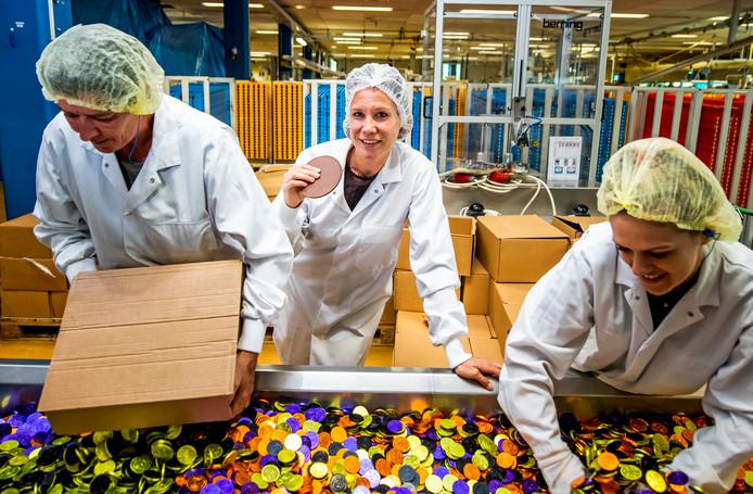 Kwaliteitsmanager Mariska van den Bulk (35) in de chocoladefabriek.