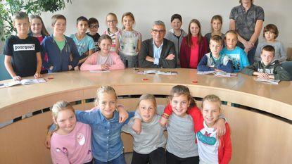 Burgemeester toont kinderen gemeentehuis