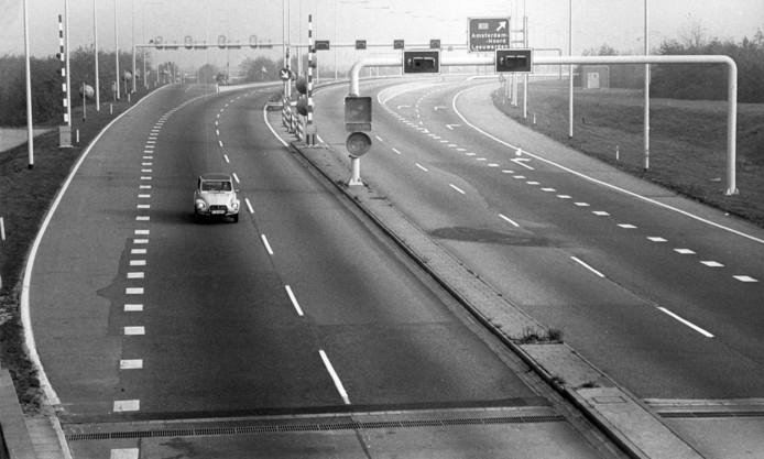 Autoloze zondag in november 1973, alleen een Duitse auto  is op de weg.