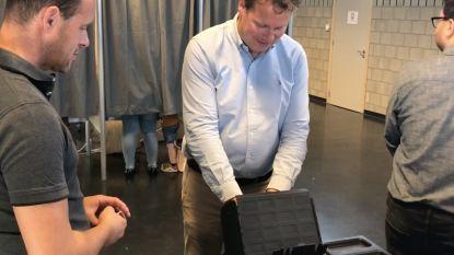 VIDEO: Burgemeester Terwingen met de fiets naar stembureau