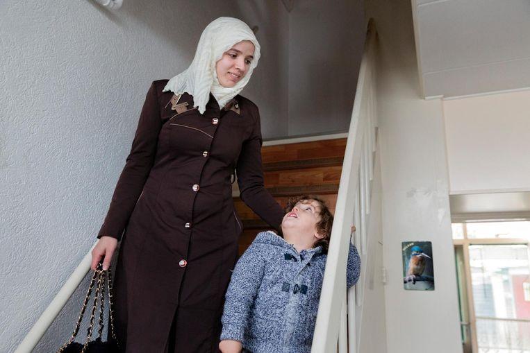 Amneh met zoon Mahmoud. Beeld Inge van Mill