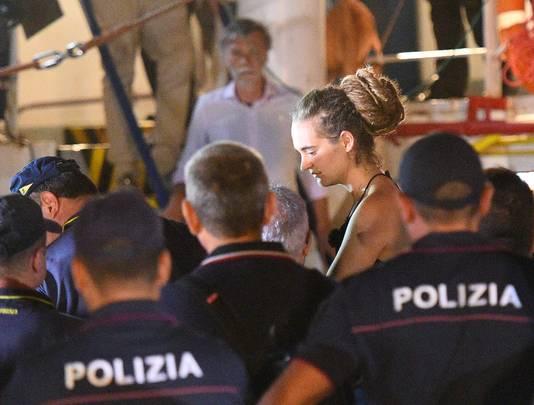 Kapitein Carola Rackete wordt meegenomen door de Italiaanse politie.